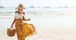 Τι πρέπει και τι δεν πρέπει να φορέσεις πάνω από το μαγιό σου στην παραλία