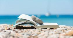 Τρία βραβευμένα βιβλία Ελλήνων συγγραφέων που πρέπει να πάρεις μαζί σου στις διακοπές