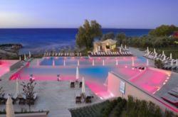 Σκέτη μαγεία: Αυτά είναι τα 5 ξενοδοχεία με τις πιο εντυπωσιακές πισίνες στην Ελλάδα! (photos)