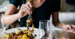 Τι κάνουν οι διατροφολόγοι για να μην παίρνουν βάρος όταν τρώνε έξω